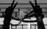 5月末、中国科学院の会員78人が連名で、ネットの自由を求める書簡を習近平主席に送った。写真は参考写真、ブリュッセルの中国大使館前で抗議する男性の手(JOHN THYS/AFP/Getty Images)
