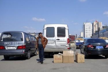 中国丹東市にある中朝国境にある税関で荷物の通関を待つ男性(AFP/Getty Images)