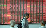 銘柄情報を映し出す電子ボードの前で雑談する中国の個人投資家たち(STR/AFP/Getty Images)