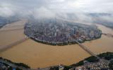 2016年7月5日、南中国の広西自治区柳州で、増水した柳江川(STR/AFP/Getty Images)