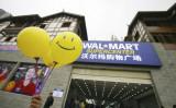 ウォルマート中国の複数の店舗で、新労働時間制度を抗議するため、従業員がストライキを行った(China Photos/Getty Images)