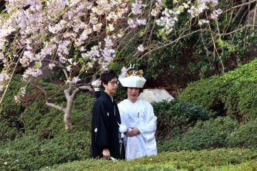 日本のブライダル市場をささえる外国人カップルの挙式。写真は日本の伝統衣装で結婚式をあげるカップル、参考写真(GettyImages)