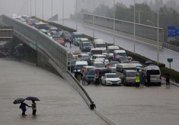 中国の武漢で洪水により遮断された道路(Wang He/Getty Images)