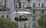 空中レストラン「Dinner in the Sky(ディナー・イン・ザ・スカイ)」が今月1日、ロサンゼルスに上陸(AFP PHOTO / MIGUEL MEDINA)