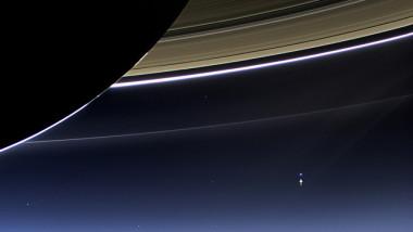 土星から垣間見える地球(NASA/flickr)