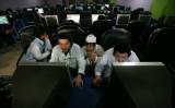 インターネットカフェでネットサーフィンする中国大陸の若者。米国には興味津々だ(China Photos/Getty Images)