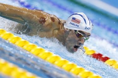 米国の著名なアスリート、水泳のマイケル・フェルペス選手。肩にカッピングの跡がある(ODD ANDERSEN/AFP/Getty Images)