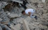 イタリア中部の地震で、がれきから呼びかける男性(AFP PHOTO / FILIPPO MONTEFORTE)