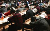 選択を迫られる外国人教師。中国の大学のクラスルーム(Kevin Dooley/flickr)