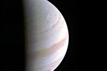 木星から70万3000キロの上空よりジュノーが撮影した木星の北極の写真(NASA)