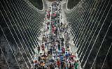 8月21日、中国湖南省張家界大峡谷ガラス橋での様子(FRED DUFOUR/AFP/Getty Images)