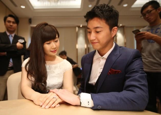 台北市のホテルで結婚会見を開いた、卓球選手の福原愛と同じく卓球選手の江宏傑(中央社)