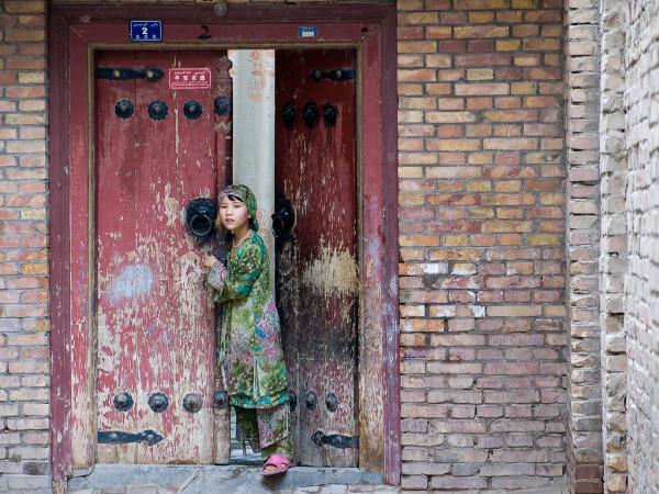 新疆ウイグル自治区カシュガルで、カメラに興味を示した少女。2008年撮影(Gusjer/Flickr)