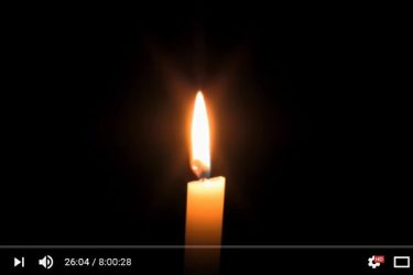 眠れない人々のために動画の提供をスタートしたNapflixが提供する燃え続けるロウソクの動画(動画のスクリーンショット)