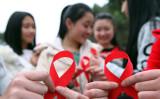 重慶で行われた、世界エイズデーのキャンペーンに参加するボランティアの女性たち。2015年11月30日撮影(STR/AFP/Getty Images)