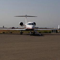 通常、飛行機のトイレはシステム的に排泄物を特殊タンクに貯蔵し、空港に到着した後、グランドスタッフが処理を行う。インド航空関係者は空中で飛行機からヒトの排泄物が落下することはありうるが、それが原因で航空会社を訴えることは稀であると語っている(David Brossard/Flickr)