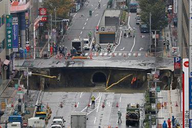 8日午前5時15分、福岡市博多区JR博多駅の前の道路2か所で突然陥没が発生した。市営地下鉄延伸工事が原因だとみられる。(Getty Images)