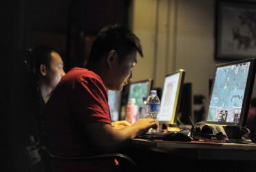 中国の全国人民代表大会(全人代、国会に相当)常務委員会は7日、インターネットの検閲をさらに強化する「ネット安全法」を採択した。人権団体のみならず、在中外国企業の反対の声も根強い (GOU YIGE/AFP/Getty Images)