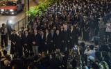 香港法曹界の約2000人は11月8日午後17時から、全人代による香港基本法解釈が「香港司法制度の独立を侵した」として無言の抗議デモを行った (ANTHONY WALLACE/AFP/Getty Images)