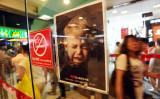 武漢のショッピングモールで、禁煙を伝えるポスター (VCG/GettyImages)