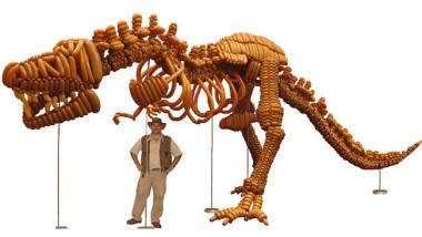 風船で実物大「ティラノサウルス」の骨格を再現するバルーン・アーティスト(動画スクリーンショット)