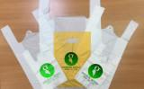 インド「EnviGreen」社が開発した環境に優しいエコ袋。生分解はもちろんのこと、そのまま食べることもできる(動画スクリーンショット)