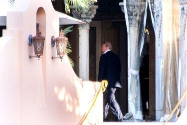 21日、フロリダ州のパルム・ビーチにある自身の別荘に姿を見せたドナルド・トランプ氏。25日には、同地でメディア関係者を招いたオフレコのセッションを開く予定(JIM WATSON/AFP/GettyImages)