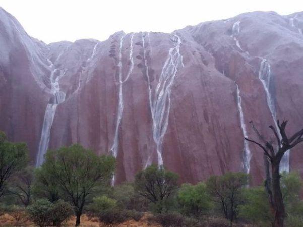 記録的な豪雨の影響により、オーストラリアの観光名所で一枚岩のエアーズロックから、滝が流れた(動画スクリーンショット)
