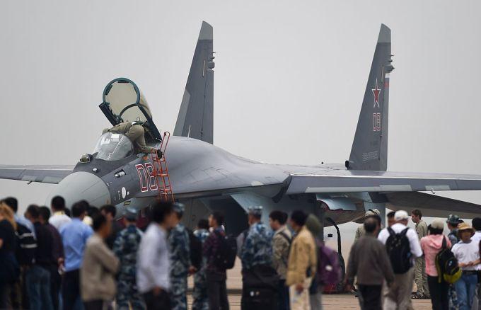 2014年10月、広東省で開かれた航空ショーで姿を見せたロシア軍戦闘機Su-35(スホイ35)、参考写真(JOHANNES EISELE/AFP/Getty Images)