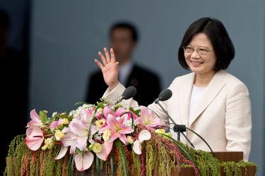 台湾の蔡英文・総統は2016年6月、台湾での講演会で聴衆に手を振る(Ashley Pon/Getty Images)