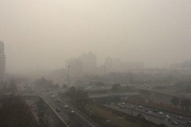 スモッグに覆われている北京市。(大紀元)