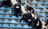 サッカースタジアムで警備をする警官(大紀元)