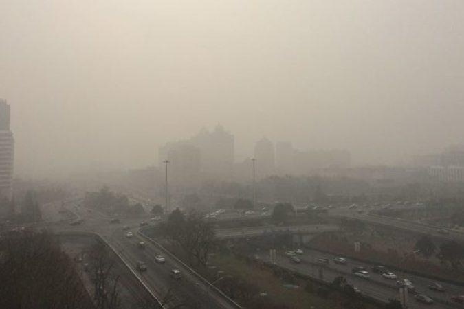 中国環境保護部は6日、北京市と天津市ほか河北省と山西省に位置する31都市に下された大気汚染「赤色警報」と21箇所の「オレンジ色警報」、8箇所の「黄色警報」を8日まで維持すると発表した。写真はスモッグに覆われている北京市(大紀元)