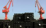 江蘇省の港で、貨物輸送されるのを待つスチールパイプ。中国税関総署によると、輸出入総額は前年比で6.8%減少し、2年連続のマイナスとなった。17年も不振の見通し。(STR/AFP/Getty Images)