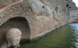 江西省撫州市南城県の洪門ダムの水位低下で姿を見せた古代の仏像(zentoo.net)