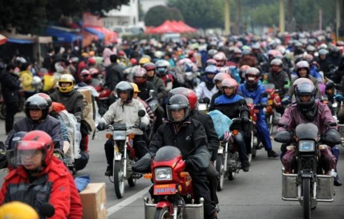 交通費を節約するため、帰省ラッシュにはバイク移動が目立つ(大紀元)