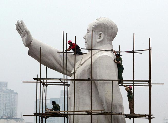 四川省に建てられた毛沢東の巨像。2008年撮影(China Photos/Getty Images)