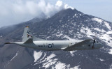 米海軍の哨戒機と中国軍の早期警戒管制機が8日、南シナ海上空で至近距離約300メートルのニアミスを起こした。画像はP3C哨戒機 (Shannon R. Smith/U.S. Navy via Getty Images)