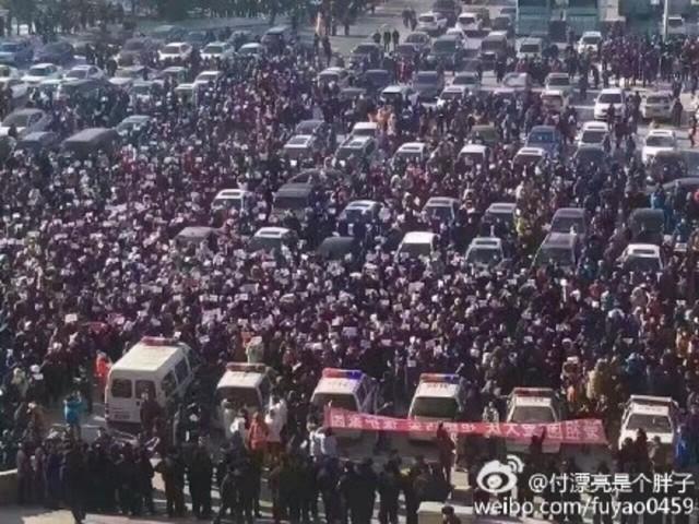 中国黒龍江省大慶市市民らが14日に続き、環境汚染をもたらす可能性のあるアルミ工場建設をめぐって16日に市政府前広場で2回目の抗議活動を行った。(目撃者撮影)