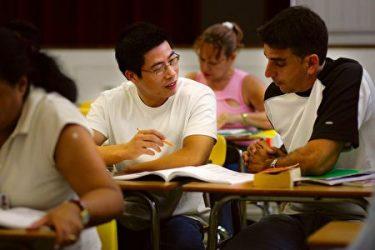 フロリダ州で英語を学ぶ新しい移民(Joe Raedle/Getty Images)