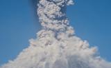 フエゴ山の火口から立ち上る噴煙。(AFP PHOTO / Hector Guerrero)