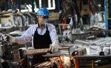 2017年1月、ベトナムの工場で生産される米フォード車の部品(HOANG DINH NAM/AFP/Getty Images)