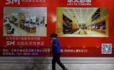 3月1日、遼寧省沈陽市にあるロッテのデパートで、閑散とした店内を清掃するスタッフ(STR/AFP/Getty Images)