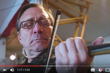 ゴミを弦楽器に変身させるケン・バトラーさん。最初の作品は斧をバイオリンにしたもの(スクリーンショット)