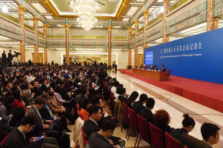 北京の人民大会堂で今月5日から開かれていた第12期全国人民代表大会(全人代)が15日に閉幕。李首相は記者会見を開いた(GREG BAKER/AFP/Getty Images)