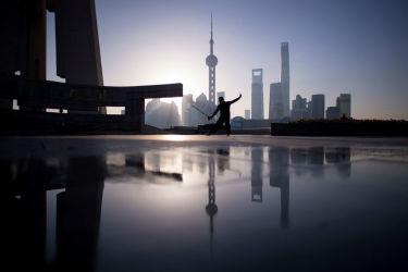 上海市内で剣術を練習する男性、3月17日撮影。経済専門家は、中国不動産バブルの原因は、土地の公有制である中国では、当局が土地を独占していることにあると指摘(JOHANNES EISELE/AFP/Getty Images)