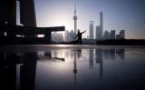 上海市内で剣術を練習する男性、3月17日撮影。(JOHANNES EISELE/AFP/Getty Images)