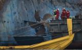 24日、韓国珍島沖に沈没したセウォル号を引き揚げる作業が行われた(ED JONES/AFP/Getty Images)