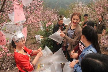 広東省北部・清遠で、新鮮な空気をその場で販売している。2016年3月撮影(VCG/Getty Images)