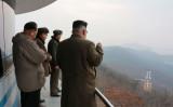 英メディアは金正恩(キム・ジョンウン)・朝鮮労働党委員長は米国などの暗殺行動から逃れる、中国逃亡計画を策定したと報じた。写真は新型エンジンのテストを視察する金正恩氏。(STR/AFP/Getty Images)